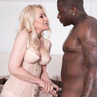 Blonde grandma Robin Pachino seduces a stud with a large ebony rod outdoors
