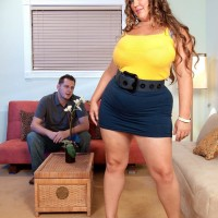 BIG SEXY WOMAN Analee Sands has her big juggs looses from her t-shirt and boulder-holder in a mini-skirt
