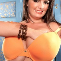 BIG SEXY WOMAN solo model Arianna Sinn taunts her erect nips after revealing her tits