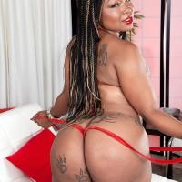Black MILF Diamond Monroe unsheathes her tatted wearing enormous rump