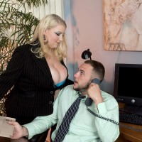 Yellow-haired BIG SEXY WOMAN secretary Scarlett Rouge seducing her manager for sex on work environment desk