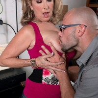 Huge-chested light-haired cougar Laura Layne seducing mechanics for MMF three way in garage