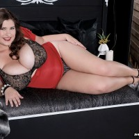 Curvaceous solo girl Jennica Lynn releasing giant all-natural fun bags from bra