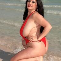 Brunette BBW Arianna Sinn whips out her immense funbags from bikini at the beach