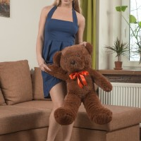 Euro amateur Darina Nikitina sliding off undies before toying wooly snatch