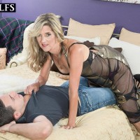 Killer experienced doll Lauren De Wynter seduces junior guy and gives him a oral job