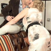 Experienced ash-blonde woman gets around to giving a blowjob after foreplay in nylons