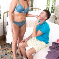 Foxy blonde grandmother Chery Leigh showcases a younger man while seducing him
