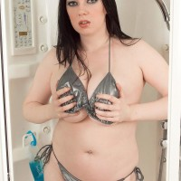 Plump MILF Emily Cartwright pinches her nips after exposing juggs from a bikini