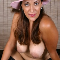 Big-boobed older woman in sun hat sheds high heels from nylon outfitted feet
