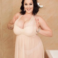 Plumper brown-haired babe Lila Payne modeling non naked in bathroom