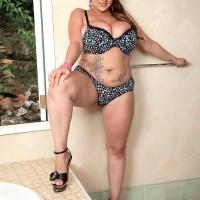 Plumper MILF model Terri Jane letting hefty titties fall free from boulder-holder outdoors in heels