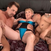 Leggy over 50 yellow-haired MILF Honey Ray screwing 2 guys with hefty knobs in MMF 3some