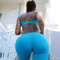 Tattooed girl Bella Bellz takes selfies of her hefty derriere prior to anal sex on a sofa