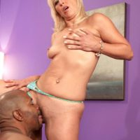 Light-haired grannie Andi Roxxx tongue kisses a ebony dude before having her cunt munched