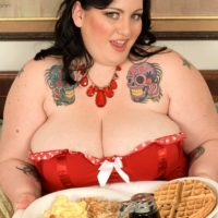 SSBBW Glory Foxxx engages in oral and vaginal sex while munching a monster-sized breakfast