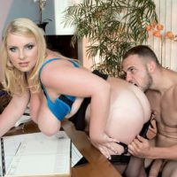 Light-haired BIG SEXY LADY assistant Scarlett Rouge seducing her chief for sex on work environment desk