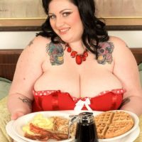 SSBBW Glory Foxxx engages in oral and vaginal sex while tonguing a giant breakfast