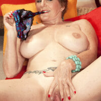 Fit GILF Bea Cummins takes hold of her bare butt after confidently showing her rock hard titties