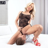 Platinum yellow-haired cougar Mandy Monroe receives an internal popshot after seducing her son-in-law