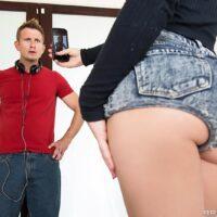 Ash-blonde MILF XXX star Dakota Skye looses her nice ass from cut-offs before anal fucking